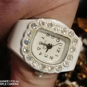 Λευκο ρολόι Quartz, με λευκο μεταλλικο λουρακι που δενει γυρο απο οποιοδήποτε δάχτυλο σας κανοντας ενα Ρολοι σε δαχτυλίδι.