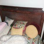 Διπλή κρεβατοκάμαρα με δύο κομοδίνα με ψάθα