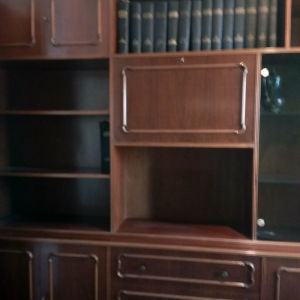 Έπιπλο για σαλόνι η τραπεζαρία πολλαπλών χρήσεων. βιβλιοθήκη , συρτάρια, βιτρίνα για ποτήρια, κρύσταλλα  και διακοσμητικά. Μπαρ με κρυφό φωτισμό. Άριστα διατηρημένο.