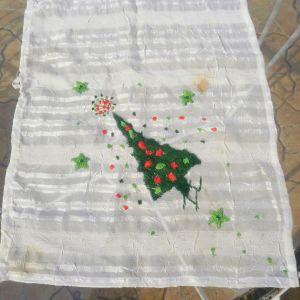 Πετσετάκι  μεταξωτό χριστουγεννιάτικο χειροποίητο, κεντημένο στο χέρι, διαστάσεων 1,00μ χ 40 εκ