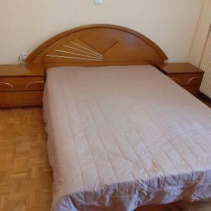 Κρεβατοκάμαρα με διπλό κρεβάτι, 2 κομοδίνα, σκαμπό, συρταριέρα και καθρέφτη