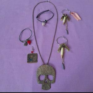 Ένα κολιέ με ένα ζευγάρι σκουλαρίκια, δύο βραχιόλια και ένα σκουλαρίκι ακόμα.