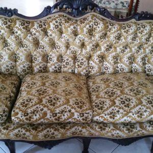 Σαλόνι αποτελούμενο από Louis XV χειροποίητο καναπέ και καρέκλες με τραπέζια από ξύλο και μάρμαρο