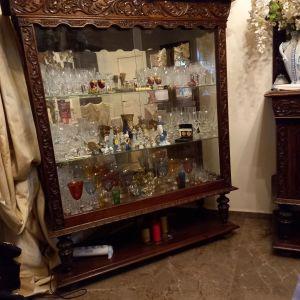 Βιτρίνα κρυσταλλιέρα vintage από μασίφ ξύλο δρυς. Σκαλισμένη στο χέρι σε άριστη κατάσταση