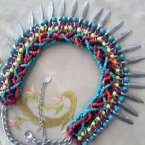 Κολιέ έθνικ, πολύχρωμες, πλεγμένες χάντρες με μεταλλικά στοιχεία (6).