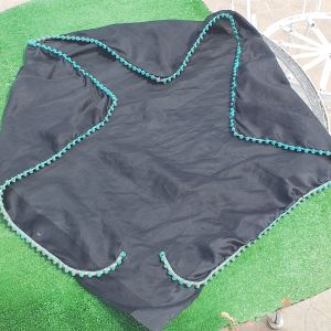 Γυναικείο μεταξωτό κασκόλ σε μαύρο μπλε χρώμα, με γαρνίρισμα τιρκουάζ περιμετρικά, αφόρετο, έχει μήκος 70 εκατοστά.