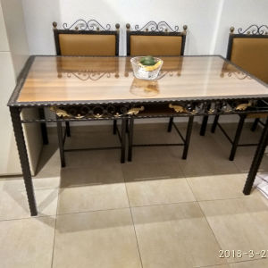 Παραδοσιακή, από σφυρήλατα υλικά, τραπεζαρία, με 6 καρέκλες, τραπεζάκι σαλονιού καί μεγάλο καθρέπτη