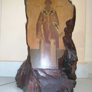 Αγιογραφία Αγίου Σπυρίδωνα πάνω σε κορμό δέντρου