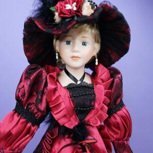 Ψηλή πορσελάνινη κούκλα