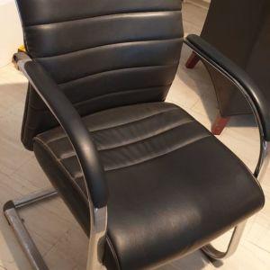 Καρέκλα γραφείου δερμάτινη.