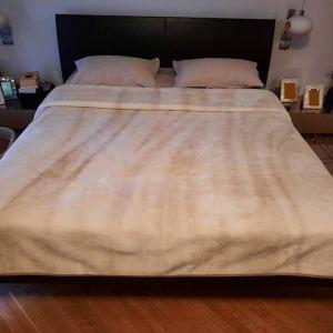 Κρεβατοκάμαρα πλήρης που αποτελείται από κρεββάτι δερμάτινο, τουαλέτα και κομοδίνα δερμάτινα
