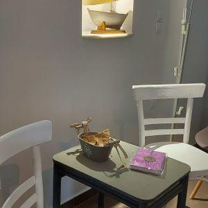 Σετ  2 υπεροχες άσπρες καρέκλες  vintage.  Για σούπερ σικ  διάκοσμηση!!κ οι 2 μαζι σούπερ ΤΙΜΗ ΜΟΝΟ!!!