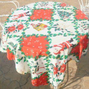 Χριστουγεννιάτικο τραπεζομάντιλο διαστάσεων 1,30μ χ 1, 30μ, και 2 πετσετάκια Χριστουγεννιάτικα διαστάσεων 50χ50εκ, αχρησιμοποίητα.