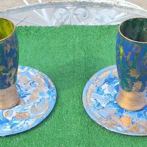 Δυο χειροποίητα μεταλλικά πιατάκια, μαζί με δυο ποτήρια, ζωγραφισμένα στο χέρι, σε μπλε χρώμα, ομορφαίνουν το τραπέζι σας.