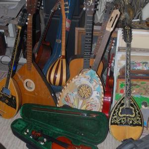 10 μουσικα οργανα πολουνται ολα μαζι σαξοφωνο .  2 κιθαρες . 2 ντραμς . μπουζούκια τριχορδο και τετραχορδο . Μπαλαλάικα . σαζι . Βιολί.