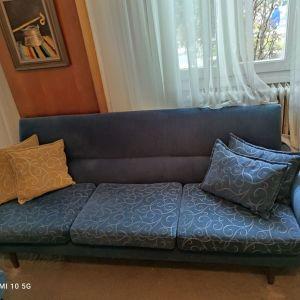 Καναπές τριθέσιος, διθέσιος και δύο υποπόδια και διακοσμητικά μαξιλαράκια 140 ευρώ! Σε άριστη κατάσταση. ΤΗΛ 69********