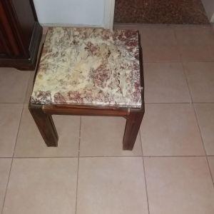 Τραπεζάκι ξύλινο με μαρμάρινη επιφάνεια. Διαστάσεις: 47cm x 47cm x 47cm.