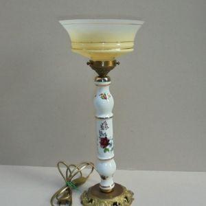 Επιτραπέζιο φωτιστικό πορσελάνινο με γυαλί.