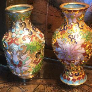Αντίκες αυθεντικά (cloisonne vases) Κλουαζονέ από τα μέσα του 20ου Αιώνα..Σετ 2 βάζα μπρούτζινα επισμαλτωμένα με πολύχρωμα σμάλτα και floral σχέδια...Άριστη κατάσταση! ΤΙΜΗ ΣΕΤ