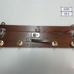 Κρεμάστρα από καπάκι ξύλινης βαλίτσας
