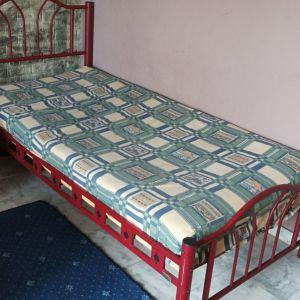2 μονά κρεβάτια χωρίς στρώμα