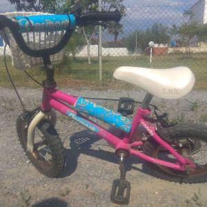 παιδικό ποδήλατο. δίνεται και με τις βοηθητικές ρόδες.