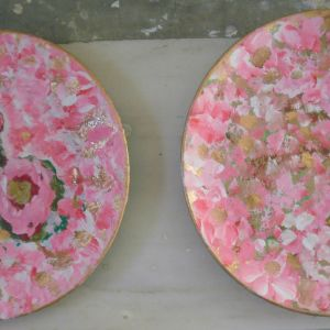 Τέσσερα πιάτα τοίχου ,πορσελάνης με διακοσμητικές πέρλες, ζωγραφισμένα σε ροζ χρώμα από την ζωγράφο και συγγραφέα Μαρία Παυλίδου Τασοπούλου, ομορφαίνουν τον χώρο σας.