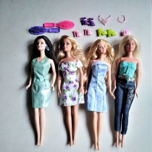 Διάφορες barbie (δεκαετίας 2000) με αξεσουάρ και ρούχα barbie