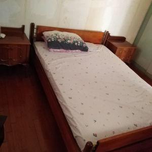 Κρεβάτι διπλό μαζί με 2 κομοδίνα