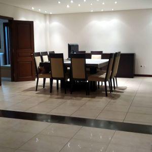 οροφοδιαμέρισμα του 2 ου , ανακαινισμενο 2007 (πλήρη ανακαίνιση ) αποτελείται από σαλόνι 2 επιπέδων  κουζίνα ξεχωριστή , τρία  υ/δ ,2 μπάνια ,διαμπερές, 2 θέσεις σταθμεύσεις στην πυλωτή