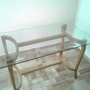 Τραπέζι με γυάλινη επιφάνεια