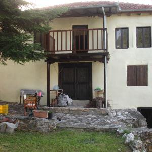 ΠΩΛΕΙΤΑΙ Πέτρινη εξοχική κατοικία στην Κουμαριά Βέροιας, 140 τμ και υπόγειο 30 τμ