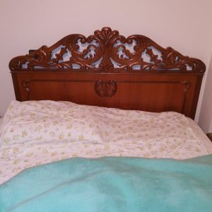 Ξύλινο σκαλιστό διπλό κρεβάτι μαζί με δύο ίδια σκαλιστά κομοδίνα