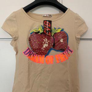 Μπλουζάκι μπεζ με στάμπα φράουλα καινούριο