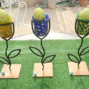 Τρία κηροπήγια μεταλλικά γερά ύψους το καθένα 25 εκατοστά, μαζί με τρριε πανέμορφες θήκες και τρία πασχαλινά αυγά- κεριά. Ιδανικά και για τοποθέτηση κεριών.