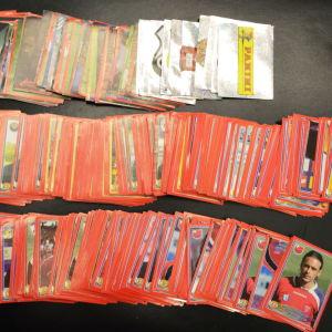 150 αυτοκόλλητα χαρτάκια του 2009 με τις ομάδες και ποδοσφαιριστές του τότε Ελληνικού πρωταθλήματος