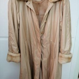 παλτό με αληθινή γούνα κ γούνινη επένδυση μέσα! αρχική τιμή 180!για τη ποιότητα του δεκτός κάθε έλεγχος!!έχεις φορεθεί 3 φορές!