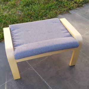 IKEA Poang Υποπόδιο από ξύλο σημύδας με γκρι μαξιλάρι σε άριστη κατάσταση.