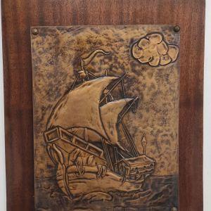 Κάδρο ξύλινο με ιστιοφόρο καράβι σφυρηλατημένο σε μέταλλο