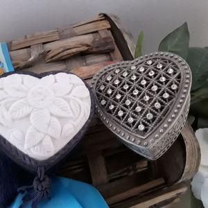 Δύο υπέροχες μικρές Μπιζουτιερες σε σχήμα καρδιάς. Όπως ακριβώς τισ βλέπετε στην φωτο. Σε αψωγη κατάσταση!