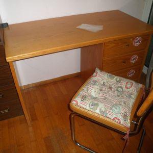 Παιδικό γραφείο ξύλινο με καρέκλα.