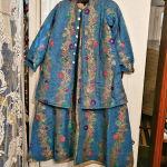 παραδοσιακο φόρεμα  με τό  πανωφόρι τού