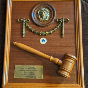 Στον πρόεδρο της λέσχης Λάιονς Αθηνών Μετροπόλιταν 1982-1984!