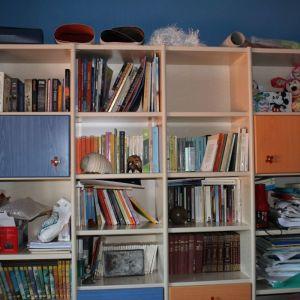 Μεγάλη βιβλιοθήκη και κουκέτα μαζί με τα στρώματα