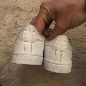 Λευκά δερμάτινα sneakers Stan Smith - 25