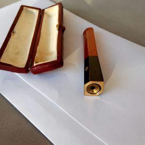 Πιπάκι τσιγάρων, πολύ παλιό, αγορασμένο από Παρίσι, με την δική του θήκη. Μήκος 8 εκατοστά