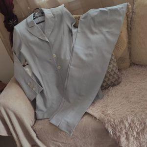 Γκρι ανοιξιάτικο φθινόπωρινο κουστούμι με μακρύ σακάκι και φαρδύ παντελόνι