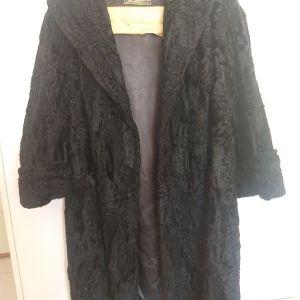 Μαύρο παλτό, γούνα αστρακάν με αξεσουάρ