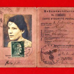 Πολιτική ταυτότητα Γερμανίδας του 1943 με συλλεκτικά χαρτόσημα και σφραγίδες εποχής για ταχυδρομικές συναλλαγές.