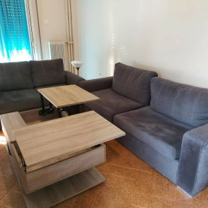 Σαλόνι αποτελούμενο από δύο καναπέδες, τριθέσιο και διθέσιο με πτυσσόμενο αποθηκευτικό τραπεζάκι